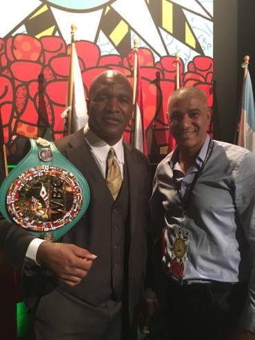 Evander Holyfield (Champion du monde poids lourd) et Abdelilah Rahilou (co-fondateur Mov'Fight Club)
